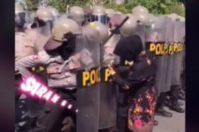 Nekat! Emak-Emak Tembus Barikade Polisi, Ternyata Karena Ini