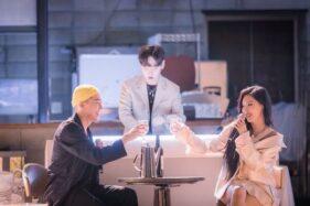 Foto Hwasa dan rapper Loco saat menyanyikan lagu kolaborasi mereka, Selasa (13/10/2020). (Koreaboo.com)