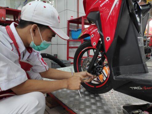 Lakukan perawatan rem sepeda motor saat musim hujan. (Istimewa)