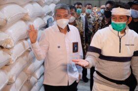 Pimpinan Komisi IV DPR, Dedi Mulyadi (kanan) saat melakukan kunjungan ke Perum Bulog, Subang, Jawa Barat. (Istimewa)