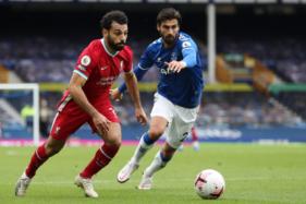 Penyerang Liverpool, Mohamed Salah (kiri), berebut bola dengan pemain Everton, Andre Gomes, pada laga di Goodison Park, Sabtu (17/10/2020) malam WIB. (JIBI/Solopos/Reuters)