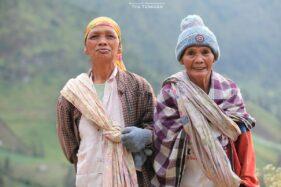 Sarung yang digunakan masyarakat suku Tengger dipercaya berfungsi untuk mengendalikan perilaku dan ucapan masyarakat. (medium.com)