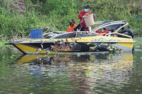 Wali Kota Madiun, Maidi, menyebar ikan lele di Sungai Bengawan Madiun, Minggu (18/10/2020). (Istimewa/Pemkot Madiun)