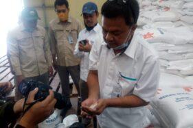Perum Bulog Pimpinan Cabang Semarang, Titov Agus Sabelia (kanan) menunjukan beras untuk bansos terdampak Covid-19 di Gudang Bulog Depok, Toroh, Kabupaten Grobgan, Senin (19/10/2020).(Solopos.com/Arif Fajar Setiadi)