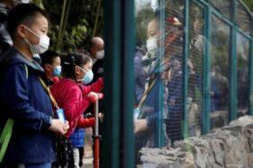 Ilustrasi-Para pengunjung dengan mengenakan masker mengunjungi Kebun Binatang Beijing, China, Selasa (24/3/2020). (Antara/Reuters)