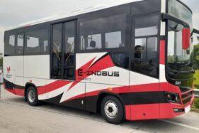 Direktur Utama PT Inka, Budi Noviantoro menunjukkan bus listrik yang diberi nama E-INOBUS, Senin (19/10/2020). (Abdul Jalil/Madiunpos.com)