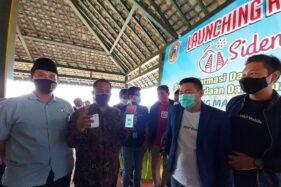 Bupati Karanganyar, Juliyatmon, (mengenakan batik), menjajal tiket elektronik seusai meluncurkan tiket elektronik di pendapa kompleks Candi Sukuh pada Kamis (1/10/2020). (Sri Sumi Handayani/Solopos)