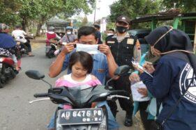 Sejumlah anggota pemuda siaga sehat (dasiat) Sukoharjo membagikan masker kepada pengguna jalan di Kelurahan Banmati, Kecamatan Sukoharjo, belum lama ini. (Istimewa/Eko Setiawan)