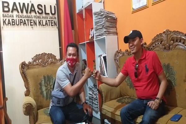 Cabup nomor urut 3 di Pillada Klaten, Arif Budiyono (ABY) (kanan), saat datang memenuhi pemanggilan Bawaslu Klaten, Sabtu (24/10/2020). (Solopos.com/Ponco Suseno)