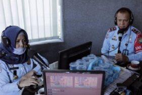 Kepala Kantor Imigrasi Surakarta, Said Ismail (kanan) bersama Kepala Seksi Teknologi Informasi dan Komunikasi Keimigrasian, Sri Marhaeni Yuliastuti (kiri) ketika melakukan talkshow di Solopos FM beberapa waktu lalu.
