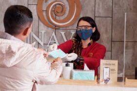 Karyawan memberikan masker kepada tamu yang tidak membawa masker di Nava Hotel. (Istimewa/Nava Hotel)