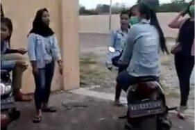 Tangkapan layar video remaja yang terlibat adu mulut mempermasalahkan seorang pacar. (twitter.com/@txtdariponorogo)