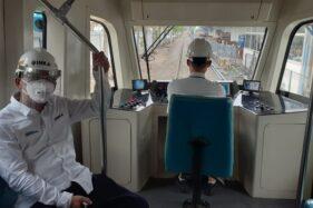 Petugas melakukan uji coba pengoperasian trem listrik buatan PT Inka, Senin (19/10/2020). (Solopos/Abdul Jalil)