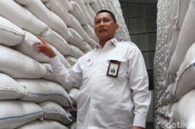 Direktur Utama Perum Bulog Budi Waseso mengunjungi Gudang Bulog Gedebage, Bandung, Selasa (3/2/2020). (Detik.com)
