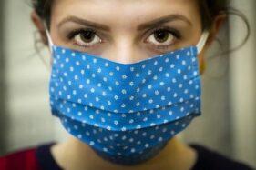 Ilustrasi perempuan mengenakan masker (Pixabay)