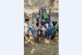 Tangkapan layar video viral warga menggotong keranda jenazah dengan menyeberangi sungai di Ponorogo. (Istimewa)