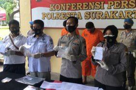 Wakapolresta Solo AKBP Deny Heryanto (dua dari kiri) saat menggelar jumpa pers ungkap sabu sebanyak 344 gram di Mapolresta Solo pada Jumat (23/10/2020) siang. (Solopos.com/Ichsan Kholif Rahman)