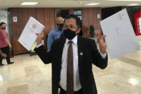 Sekjen DPR Indra Iskandar sesaat sebelum mengirimkan UU Cipta Kerja yang katanya naskah final ke Istana Kepresidenan Jakarta, Rabu (14/10/2020). (Detik.com-Rolando F.S.)
