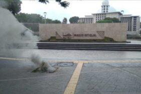 Kepulan asap yang terlihat di Masjid Istiqlal akibat adanya kabel listrik yang terbakar, Minggu (25/10/2020). (Antara-Sudin Gulkarmat Jakarta Pusat)