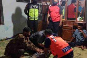 Warga dan petugas mengevakuasi pria lansia yang ditemukan di sawah, Desa Kutuwetan, Kecamatan Jetis, Ponorogo, Minggu (25/10/2020). (Istimewa/Polres Ponorogo)