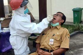 Kepala DisdikKlaten, Wardani Sugiyanto, menjalani tes swab di kompleks gedung Disdik setempat, Senin (26/10/2020). (Istimewa)