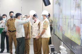 Mentan Syahrul Yasin Limpo memasangkan helm tanda antisipasi badai La Nina, di ruang Agriculture War Room (AWR), Senin (26/10/2020). (Istimewa/Kementan)