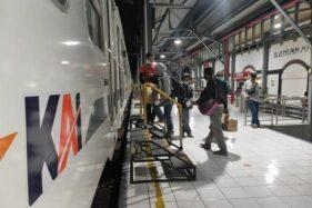 Ilustrasi penumpang menaiki kereta api di Stasiun Tawang, Kota Semarang, Senin (26/10/2020). (Istimewa)