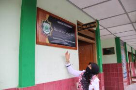 Kepala MTsN 1 Klaten, Nurul Qomariyah, menunjukkan salah satu tulisan di ruang publik yang ada pada sekolah setempat, Selasa (27/10/2020). (Solopos/Taufiq Sidik Prakoso)