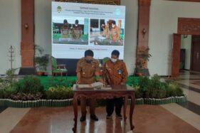 Bupati Madiun Ahmad Dawami dan Rektor UNS Jamal Wiwoho menandatangani MoU terkait kejrasama pengembangan pendidikan di Kabupaten Madiun, Selasa (27/10/2020). (Abdul Jalil/Madiunpos.com)