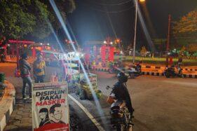 Papan peringatan untuk selalu memakai masker yang dipasang Paguyuban pedagang kaki lima (PKL) Alun-Alun Giri Krida Bakti Wonogiri di kawasan mereka berdagang. Foto diambil Selasa (27/10/2020). (solopos.com/M. Aris Munandar)