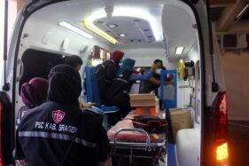 Sejumlah petugas PSC 119 Sukowati memperhatikan penjelasan tentang teknis penggunaan peralatan pada ambulans baru senilai Rp650 juta hasil pengadaan 2020 di DKK Sragen, Jumat (30/10/2020). (Solopos/Tri Rahayu)
