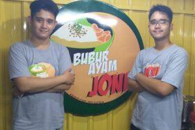 Jo (kiri) dan Sani (kanan) di  warung bubur ayam mereka. (Espos/Ponco Suseno)