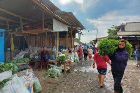 Pedagang di pasar darurat Pasar Karangpandan bertransaksi dengan pembeli pada Kamis (29/10/2020). (Espos/Sri Sumi Handayani)