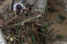 Sejumlah warga membersihkan material yang menutup jalur Kali Lebeng akibat banjir bandang. (Antaranews.com)