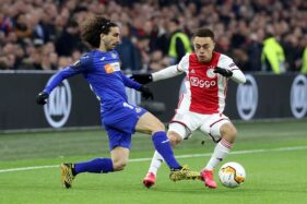 Sergino Dest (kanan) saat membela Ajax Amsterdam. (REUTERS/Eva Plevier)