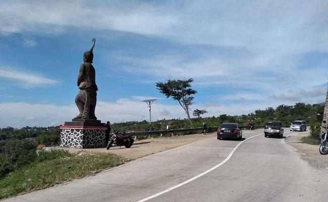 Pengguna kendaraan melintas di tikungan Irung Petruk, Desa Genting, Kecamatan Cepogo, Kabupaten Boyolali belum lama ini. Lokasi tersebut menjadi salah satu ikon di Desa Genting. (Bayu Jatmiko Adi/Solopos)