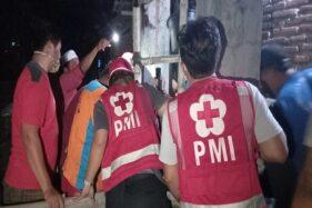Sejumlah relawan berusaha mengevakuasi warga yang terperosok ke dalam sumur di Kampung Cantel Wetan, Sragen Tengah, Sragen, Rabu (28/10/2020). (Istimewa/PMI Sragen)
