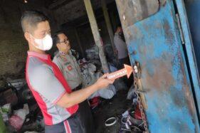 Polisi menunjukkan gembok gudang rosok di Pungkruk, Sidoharjo, Sragen, yang diduga dibuka dengan kunci palsu oleh maling, Jumat (30/10/2020). (Istimewa/Polsek Sidoharjo)