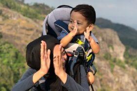 Ibu gendong anak naik gunung. (Istimewa/Twitter/cancanindya)