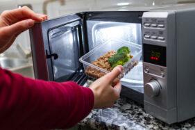 Ilustrasi microwave (Freepik)