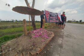 Sebuah makam dibuat warga di lokasi yang sering digunakan warga tidak bertanggung jawab membuang sampah, di Desa Pandean, Kecamatan Ngemplak, Kabupaten Boyolali, Minggu (18/10/2020). (Solopos/Bayu Jatmiko Adi)
