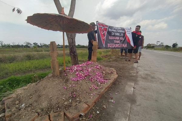 """10 Berita Terpopuler : Kisah """"Makam"""" di Pinggir Jalan Boyolali"""