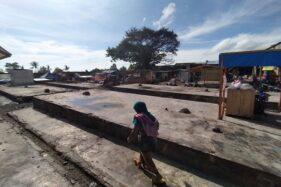 Warga melintas di lokasi Pasar Cepogo, pasca terbakar, belum lama ini. (Solopos/Bayu Jatmiko Adi)