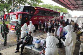 Penumpang kedatangan saat menjalani tes swab di Terminal Giri Adipura Wonogiri, Selasa (27/10/2020). (Solopos/M. Aris Munandar)
