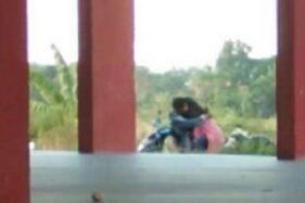 Tangkapan layar pasangan kekasih bercumbu di atas motor di Pamekasan. (Suara.com)