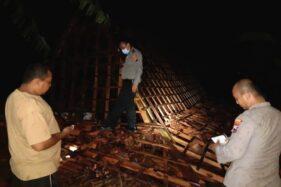 Anggota Polsek Karangrayung, Grobogan, memeriksa kondisi rumah Marmin yang roboh diterjang angin kencang, Minggu (25/10/2020) malam. (Istimewa)