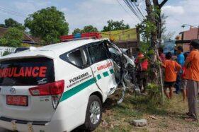 Hendak Nyalip Tronton, Ambulans Sasak Truk di Jalan Solo-Purwodadi