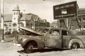 Mobil Buick Brigadir Jenderal AWS Mallaby yang meledak di dekat Gedung Internatio dan Jembatan Merah Surabaya, 1945. (Wikipedia.org)