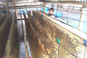 Pekerja menjemur kain batik di Desa Jarum, Kecamatan Bayat, Klaten, Rabu (30/9/2020). (Solopos-Taufiq Sidik Parkoso)