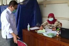 Anggota Bawaslu Solo, Agus Sulistyo, menjalani rapid test di RSUD Ngipang Solo, Rabu (21/10/2020) siang. (Istimewa)
